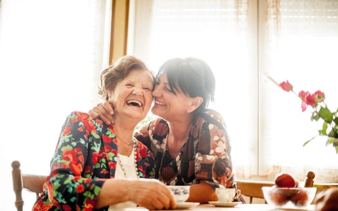 Comment recevoir une personne âgée chez soi ?